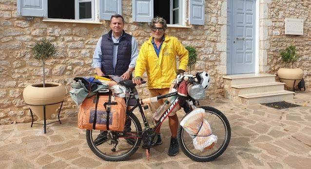 Ποδηλατώντας την Ελλάδα έφτασε στο Άστρος Κρητικός ποδηλάτης