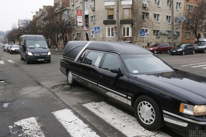 Drámai a járványhelyzet Ukrajnában: a halottaskocsik már két órát állnak sorban a kijevi krematórium előtt a holttestekkel