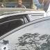 Homem tem carro metralhado em plena luz do dia; veja vídeo