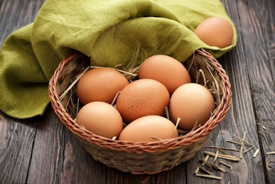 Os ovos são uma fonte completa de proteínas, sendo ricos nos aminoácidos glicina, prolina e lisina, compostos essenciais para a produção de colágeno, a substância que dá sustentação e firmeza à pele.
