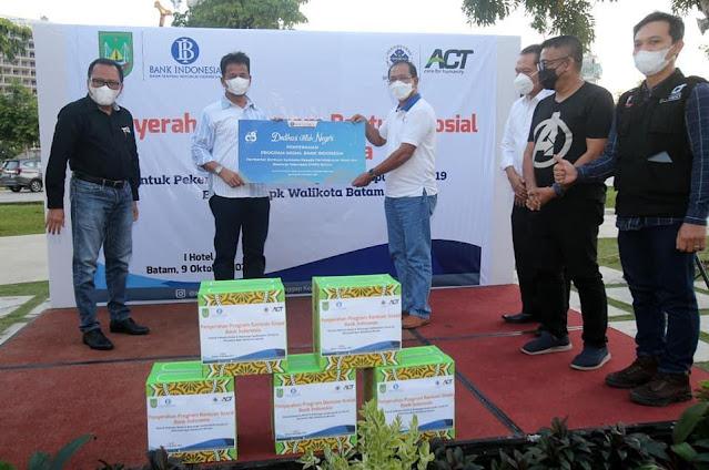 Rudi Menyerahkan Bantuan Paket Sembako kepada Para Pelaku Pariwisata Yang Tergabung Dalam PHRI Kota Batam