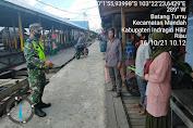 Peltu Hs Sirait   Babinsa Koramil 08/Mandah Kodim 0314/Inhil Sosialisasikan Protokes di Pasar Batang Tumu