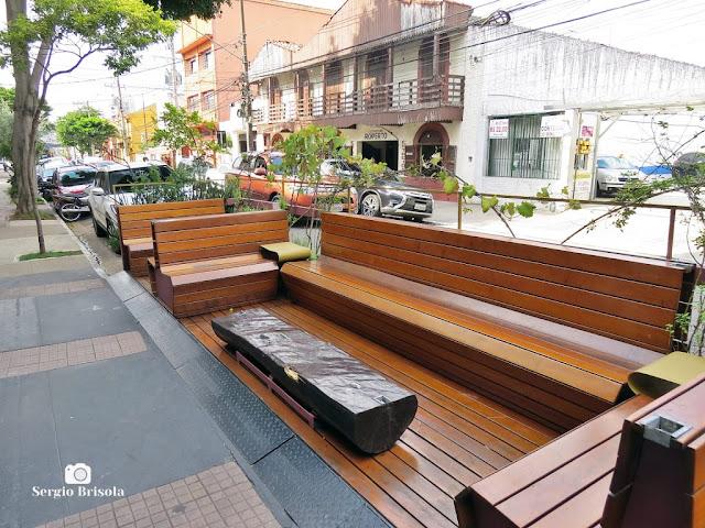 Vista ampla de um parklet instalado na Rua Treze de Maio - Bela Vista
