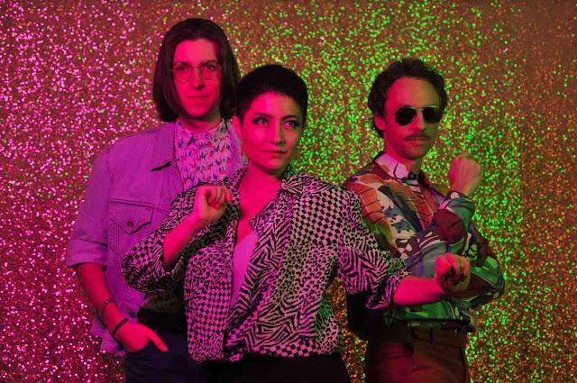 """Le trio indie pop Mandarina dévoile le single """"Je suis un désastre"""" avec une bonne touche de peps"""