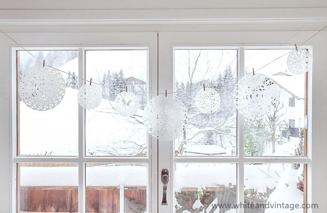Scherenschnitt Papierschneeflocken fürs Fenster basteln