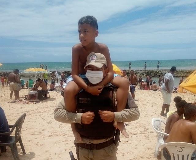 Garoto se perde em praia e é resgatada por PMs
