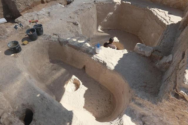 Ένα δοχείο ζύμωσης όπως βρέθηκε στο Tel Yavneh, όπου το τεράστιο μέγεθος του οινοποιείου συγκλόνισε τους αρχαιολόγους. [Credit: Ilan Assayag]