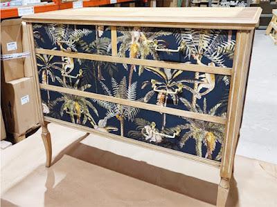 Mueble Decorado con papel pintado tropical