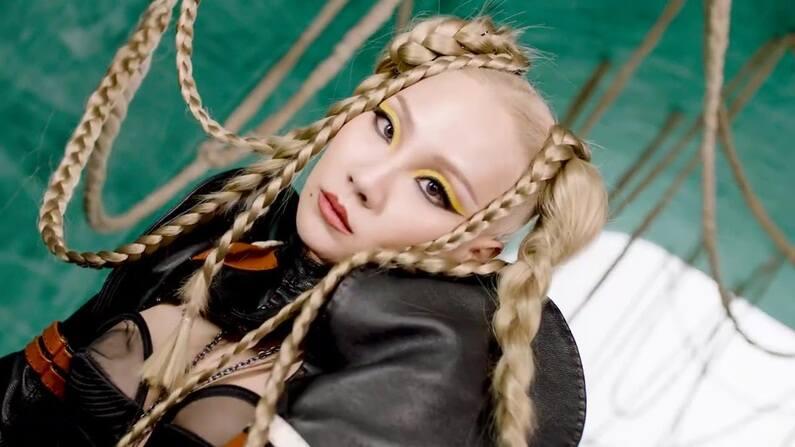 """Uma das lendas do k-pop, CL prepara o lançamento de seu primeiro álbum solo. Previsto para outubro, """"ALPHA"""" ganha uma prévia que condiz com a mulher poderosa que apresenta dentro e fora dos palcos e com a força de ícone fashion. """"Lover Like Me"""" mostra a potência de uma artista que chega para não ser esquecida e está disponível em todas as plataformas de música pelo selo da artista, Very Cherry."""