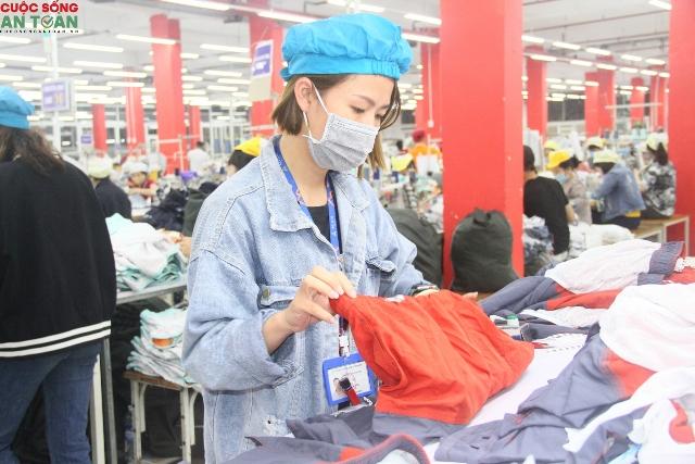 Công nhân tại công ty dệt may Việt Nam