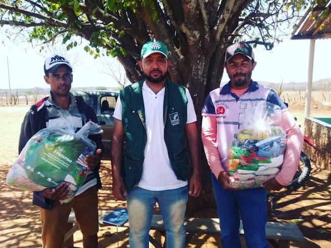 SENAR realiza entrega de cestas básicas para produtores amparenses