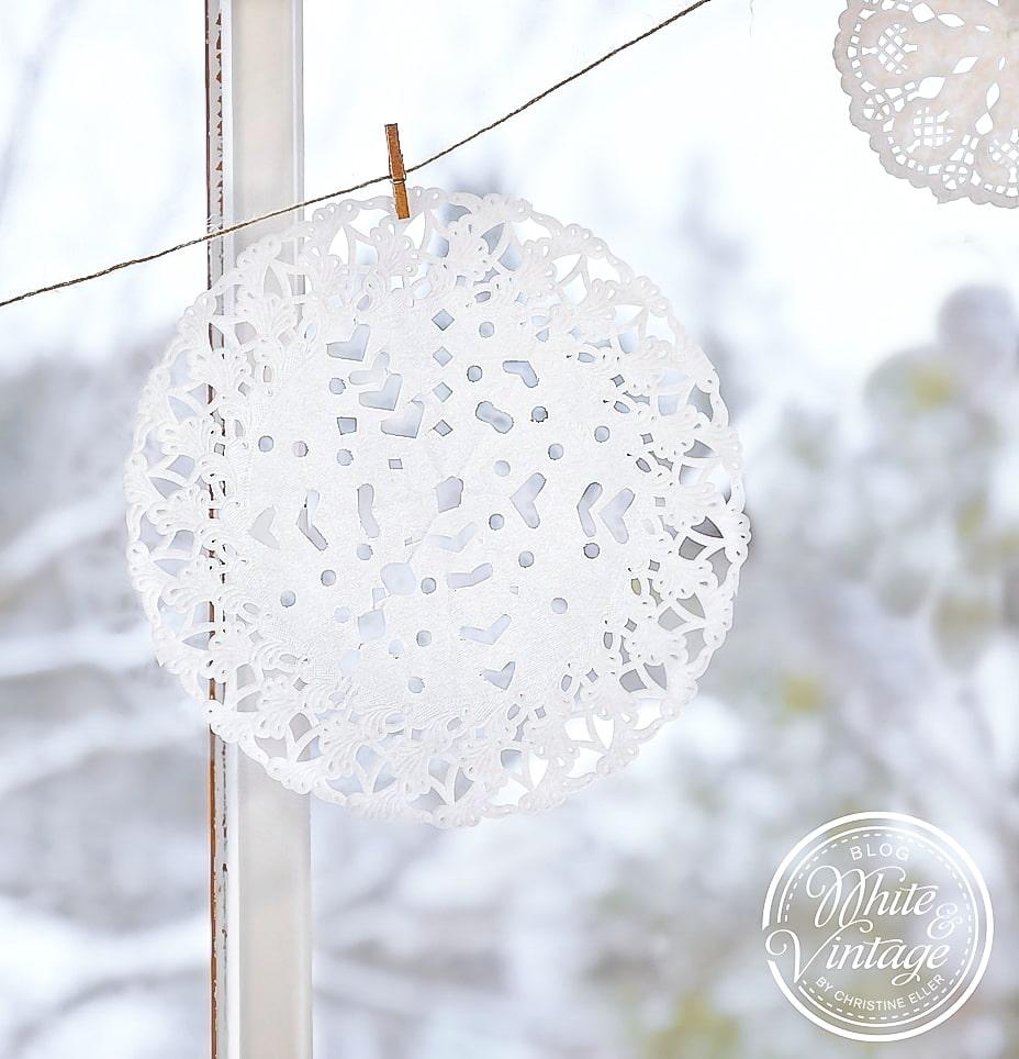 Fensterdeko mit Schneeflocken aus Papier basteln