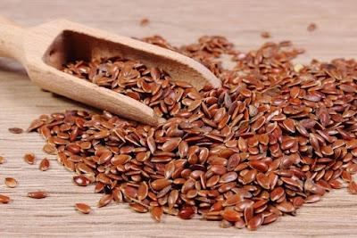 A linhaça é uma das principais fontes de ômega-3 do reino vegetal, além de ser rica em fibras e atuar ajudando no emagrecimento, o que ajuda a se livrar de uma pele flácida e sem vida.