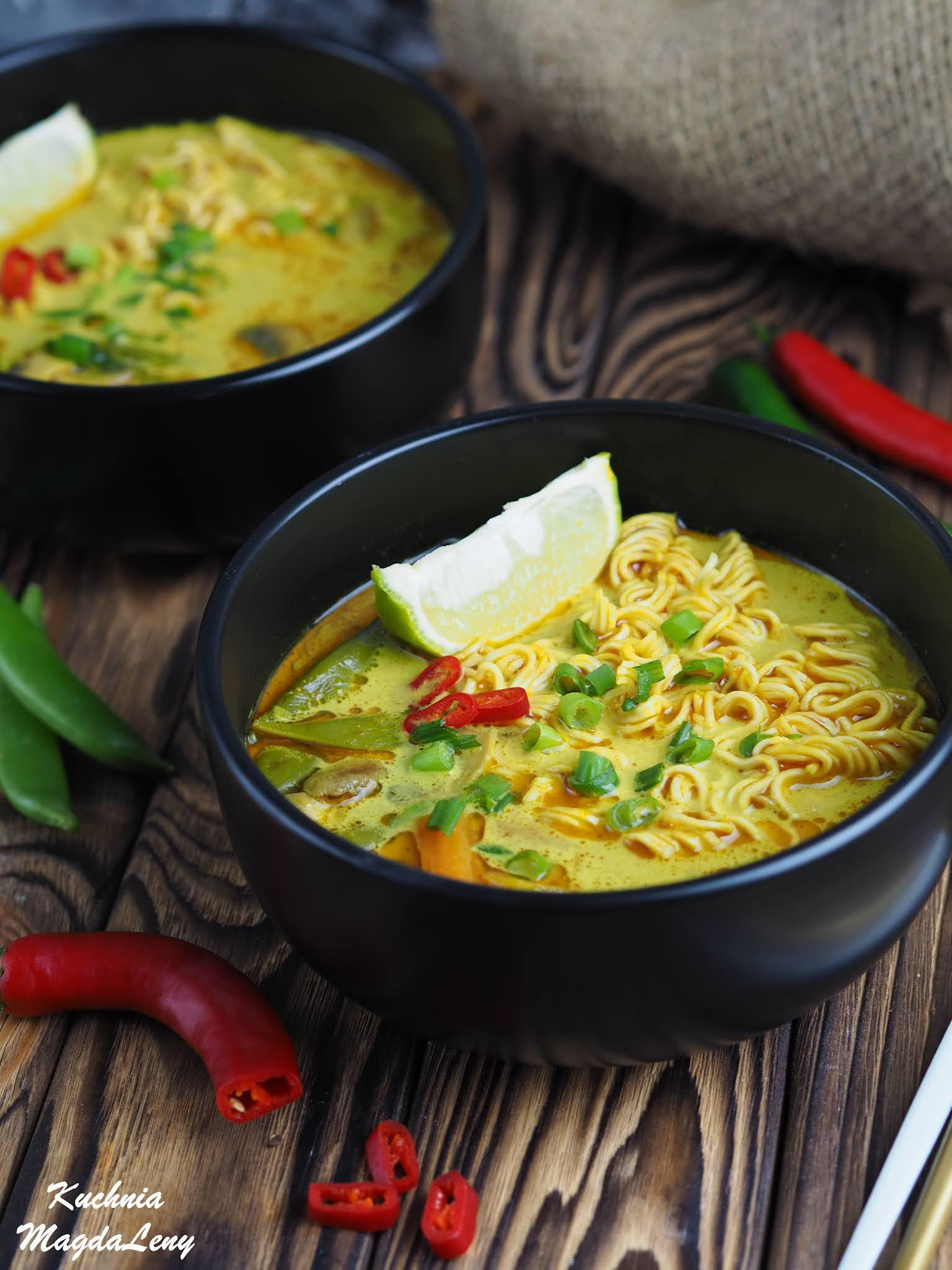 Wegetariańska zupa curry z makaronem