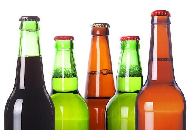 आखिर हरे और भूरे रंग की बोतलों में ही क्यों रखी जाती है बीयर, वजह जानकर चौंक जाएंगे