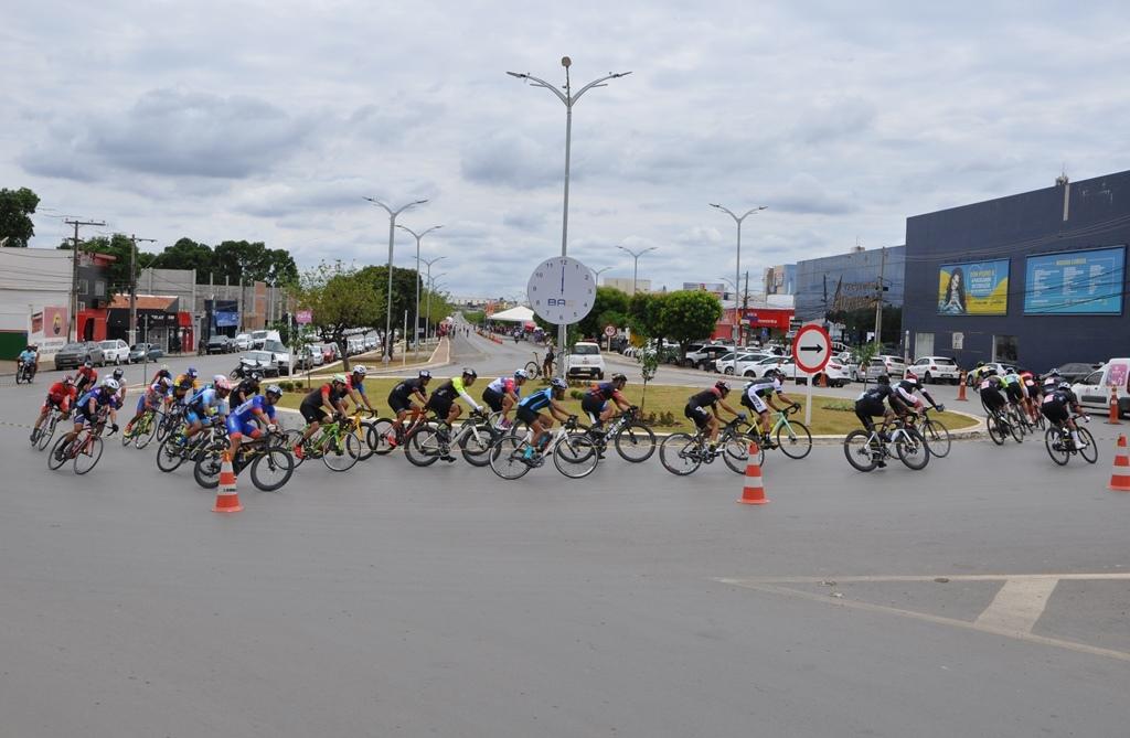 Barreiras sedia Campeonato Baiano de Ciclismo de Estrada e centenas de atletas participam da competição