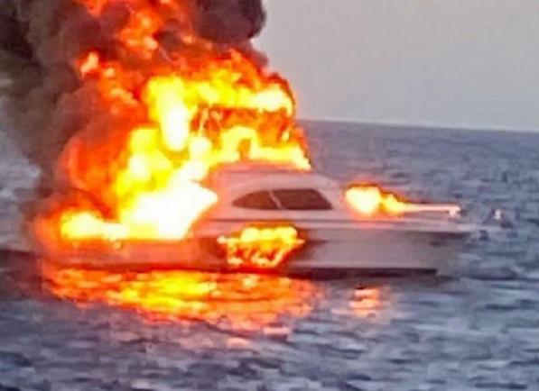 ¡Explotó un yate en Cabo San Lucas!