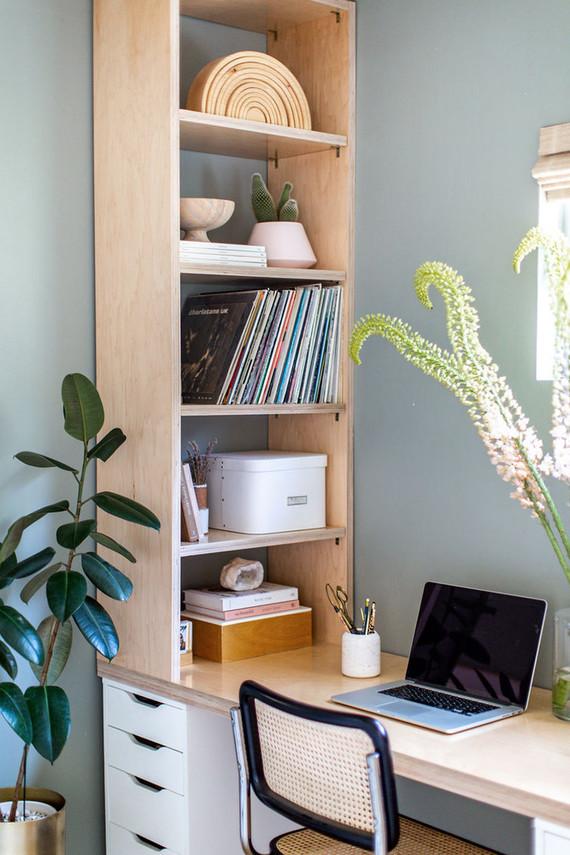 Estantería de madera contrachapada sobre escritorio