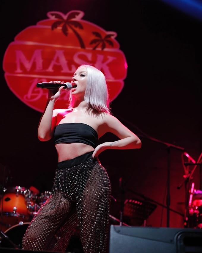 Şarkıcı Ece Seçkin konser sahnesine sütyensiz çıktı
