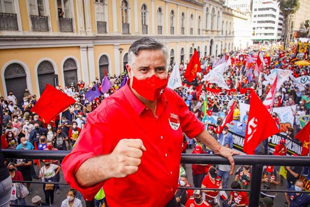 Multidão em Porto Alegre, RS,  no fora Bolsonaro. Deputado Federal,  Paulo Pimenta (PT) faz discurso..