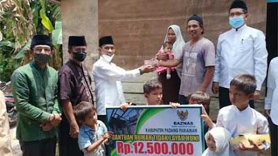 Zamri/Asnimar Terima Bantuan Rumah Tak Layak Huni dari Baznas Padang Pariaman