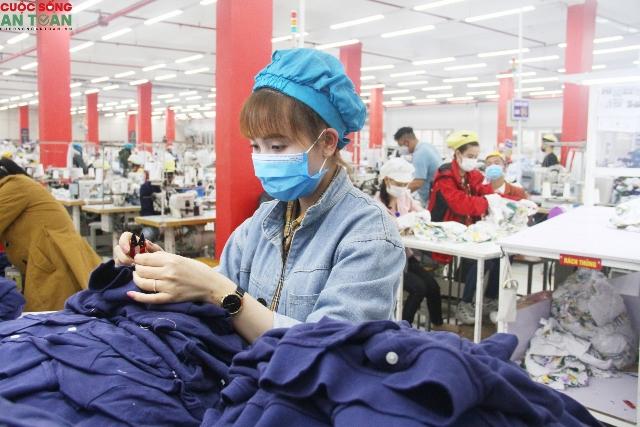 Công nhân tại công ty may thời trang Genviet
