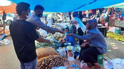 Kasat Binmas Polres Solsel Ajak Pengunjung Pasar Padang Aro Ikut Vaksinasi