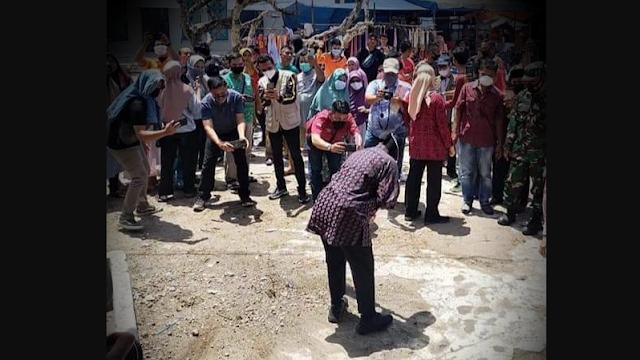 Risma Menyapu di Makam Syekh, Netizen: Ngapain Nyapu-nyapu Gitu? Itu Bukan Tugas Menteri!