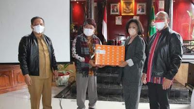Kunker Bupati Garut ke Tapanuli Utara, Nikson Nababan dan Rudy Gunawan Saling Memberikan Cinderamata Khas Daerah Masing-masing