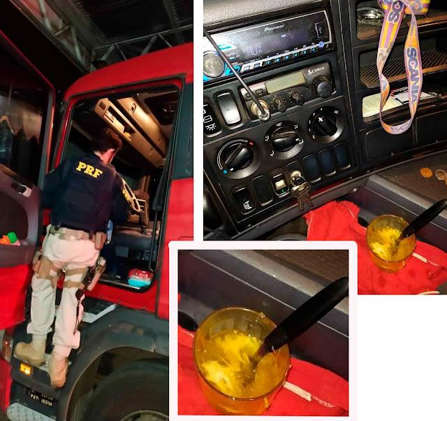 Caminhoneiro é flagrado pela PRF bebendo caipirinha enquanto dirigia carreta