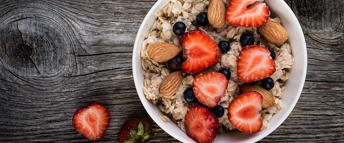 Oatmeal almond porridge with berries