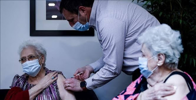 Health workers vaccinate the elderly at a nursing home in Brussels, Belgium. Photo: AFP