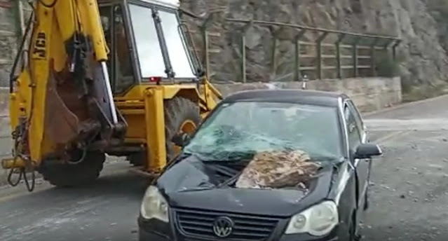 Άγιο είχε οδηγός: «Ουρανοκατέβατος» βράχος έπεσε στο αυτοκίνητο εν κινήσει (βίντεο)