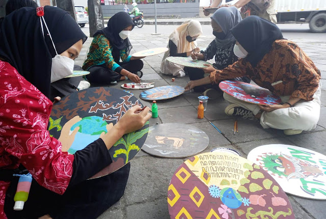 Peringati Hari Batik, Puluhan Motif Batik Bertema Pandemi Dipajang di Ngarsopuro