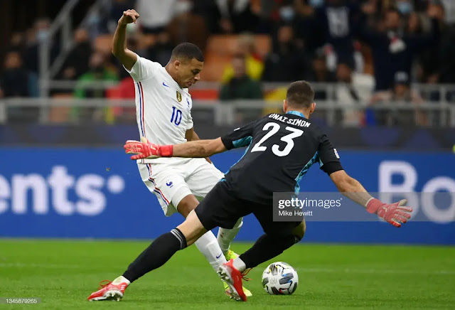 Mbappe beat goalkeeper Simon in a face-to-face position