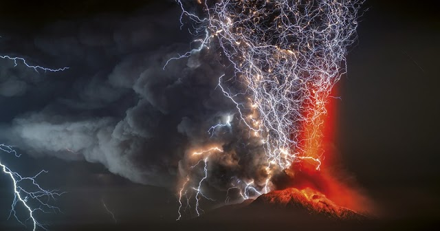 Captan un rayo volcánico sobre el cono principal en La Palma