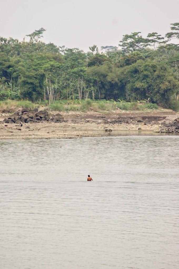 Seorang Penambang Pasir di Sungai Serayu