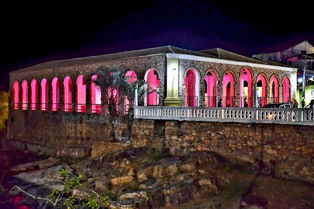 Lençóis celebra Outubro Rosa com iluminação especial no Mercado Cultural