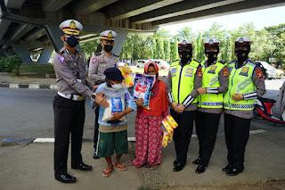 Peduli Terhadap Sesama, Kasi BPKB Ditlantas Polda Sulsel Borong Dagangan Penjual Asongan di Flyover.