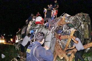 Acidente envolvendo ônibus, van e carreta deixa 12 mortos e pelo menos 17 feridos na BR-101