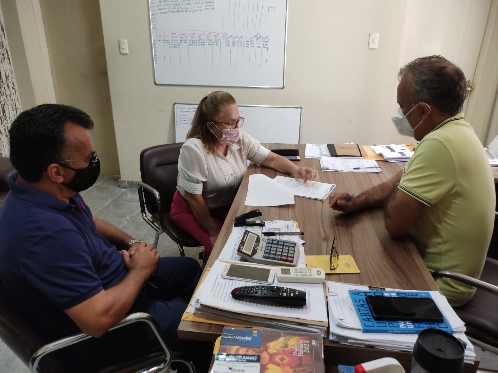 Prefeito Marcone Tavares recebe representante da SDA e do PAA para assinatura do termo de cessão de uso