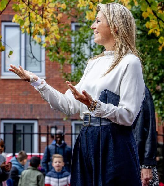 Queen Maxima wore a white frilled collar and sleeves blouse shirt from Massimo Dutti. Natan navy wide leg trousers