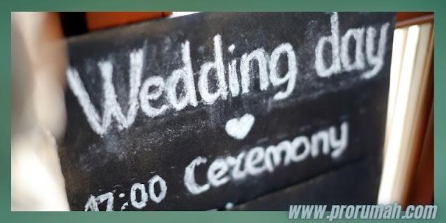 Dekorasi Resepsi  Akad Pernikahan di Rumah - memanfaatkan papan kapur tulis
