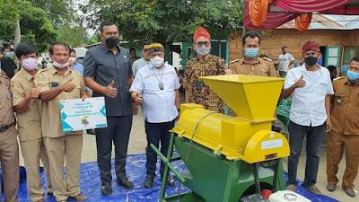Anggota DPR-RI Berikan Bantuan Mesin Pemipil Jagung Sejumlah Desa di Toba