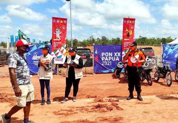 Satgas Prokes PON XX Papua dari Senkom Mitra Polri bagikan ribuan masker di Arena PON XX Papua