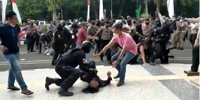Viral! Mahasiswa Dibanting Polisi Saat Demo di Tangerang hingga Kejang-kejang