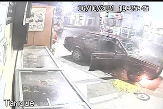 Carro pega fogo em posto de combustível no município de Cuité