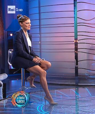 Bianca Guaccero gambe tacchi alti abbigliamento da noi a ruota libera 10 ottobre