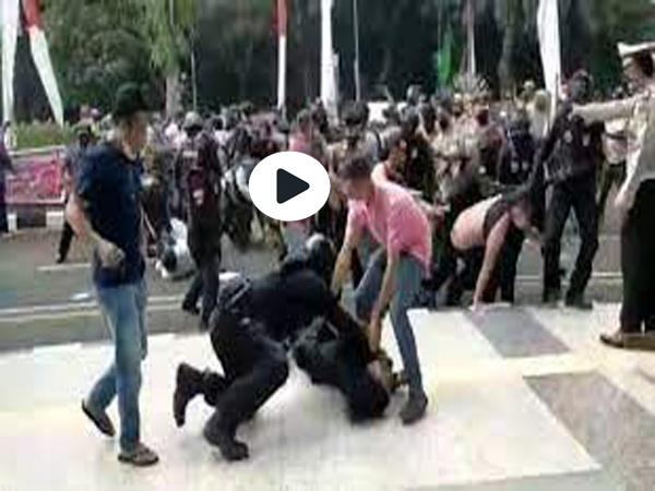 Video Viral Demo di Tangerang Mahasiswa Dibanting Polisi