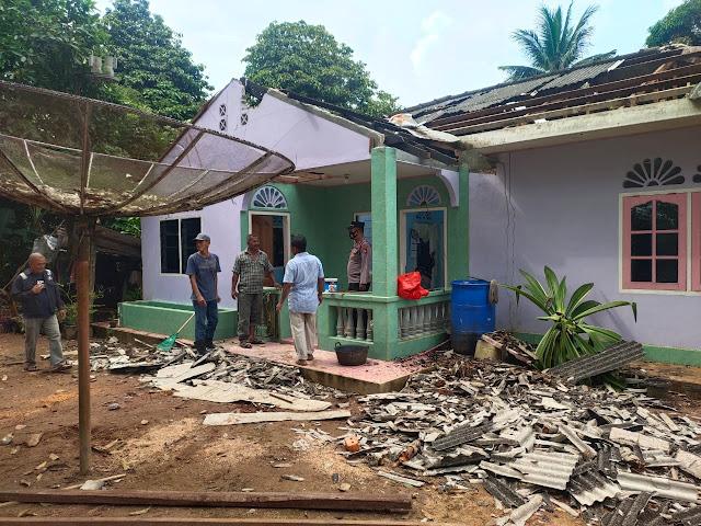 Kapolsek Singkep Barat Membantu Mengevakuasi Pohon Yang Tumbang Menimpah Rumah Warga Betong